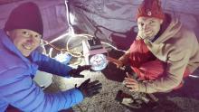 Vår gasolbrännare var guld värd. Efter 20 minuter med den igång kunde man ha T-shirt på sig i tältet!