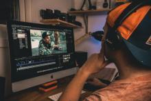 Kimmo lägger många timmar på att redigera och skapa de olika delarna i skolan.