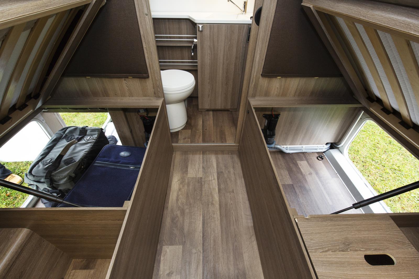 Under sängarna finns ett stort utrymme. På vissa modeller kommer man åt utrymmet även utifrån.
