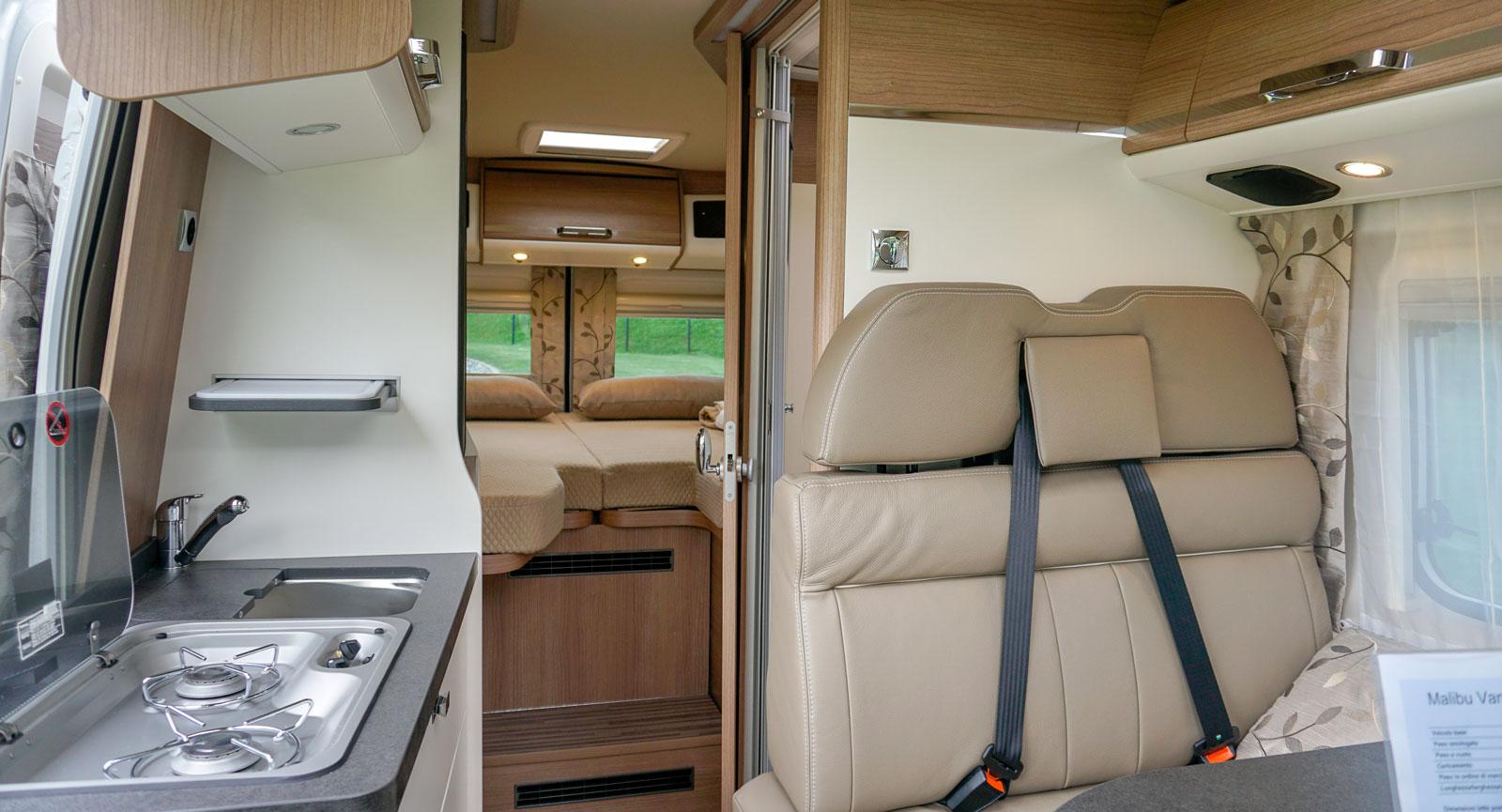 Premiumkänsla i köksbänk och möbler. Skjutdörr till badrummet sparar utrymme.