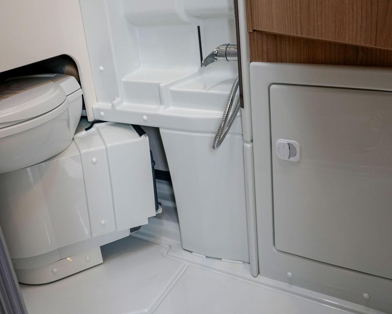 Toaletten är infällbar i väggen vilket ger bra duschutrymme.