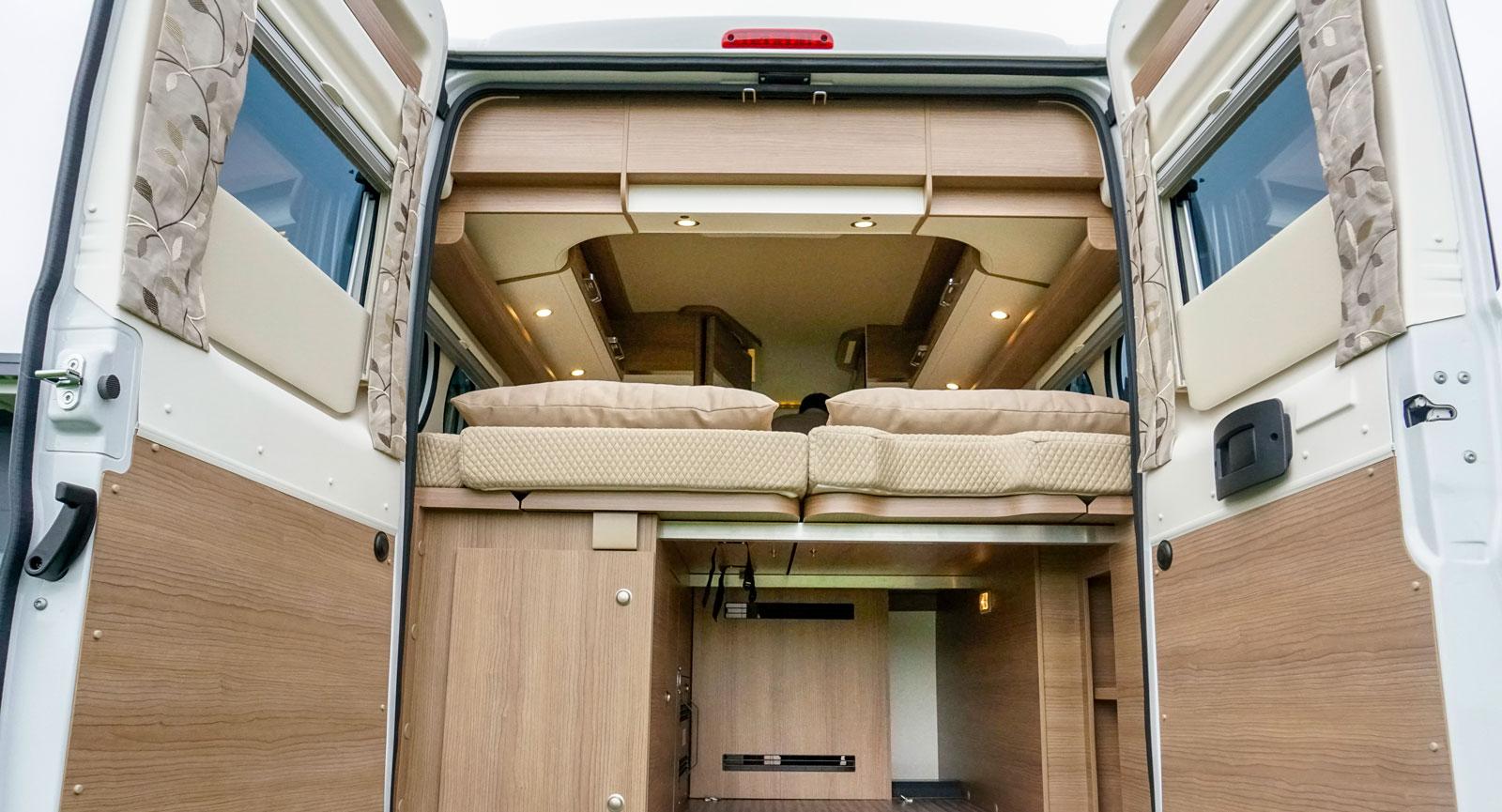 Gasolskåp till vänster och rymlig förvaring under sängen. Vattentank till höger bak.