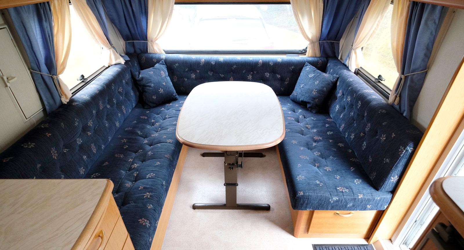 Textilierna är inte lika diskreta och neutrala som nyare vagnar.