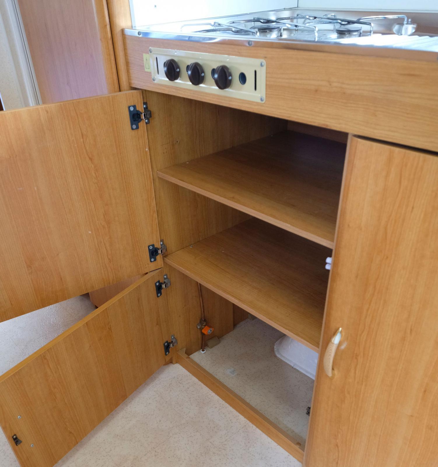 Både skåp och lådor finns det gott om i köksutrymmet. Utdragbar skärbräda finns också.