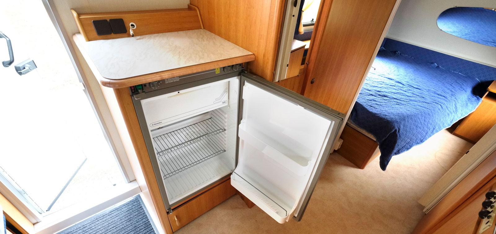 Kylskåpet är placerat mittemot köket bredvid hygienutrymmet.