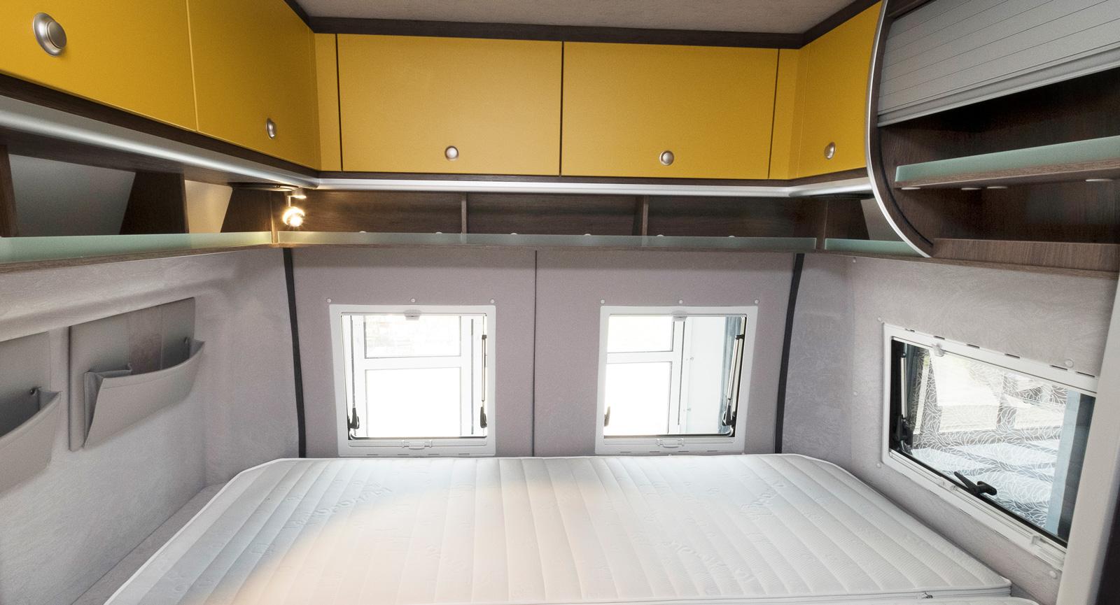 Den tvärställda sängen längst bak är 145 cm bred och smalnar ej.
