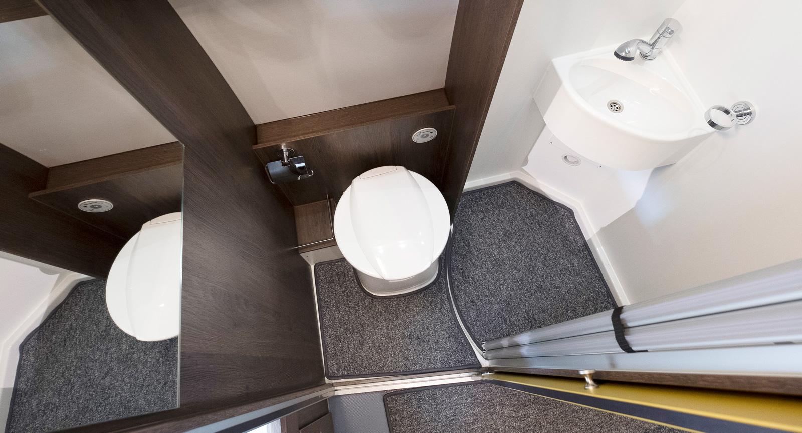 Badrummet är faktiskt riktigt rymligt för att vara en plåtis. Det finns gott om plats för alla användningsområden.
