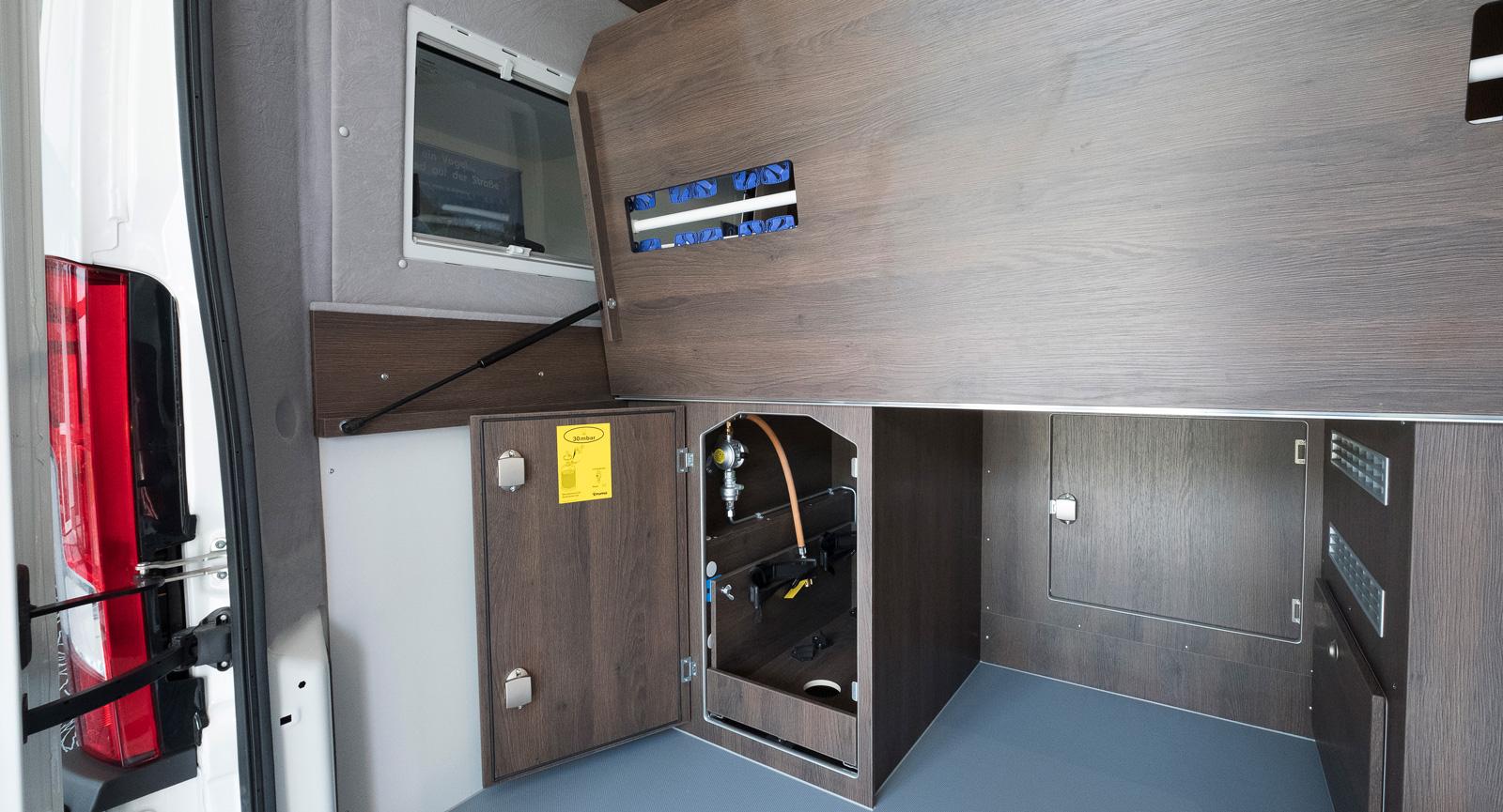 Smart konstruerat garage. Det går att resa den bakre delen av sängbotten och den vita stången är faktiskt en klädstång.