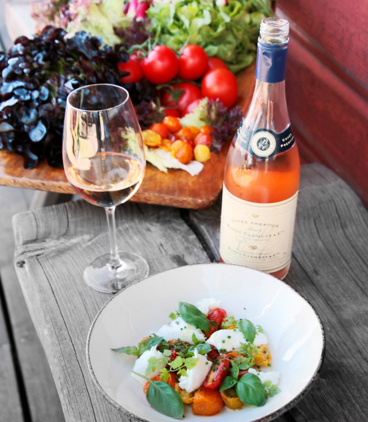 """Tällbergsgården har ett av Dalarnas bästa restaurangkök, med idel grönt från lokala odlare och import från """"egen"""" fransk vingård."""