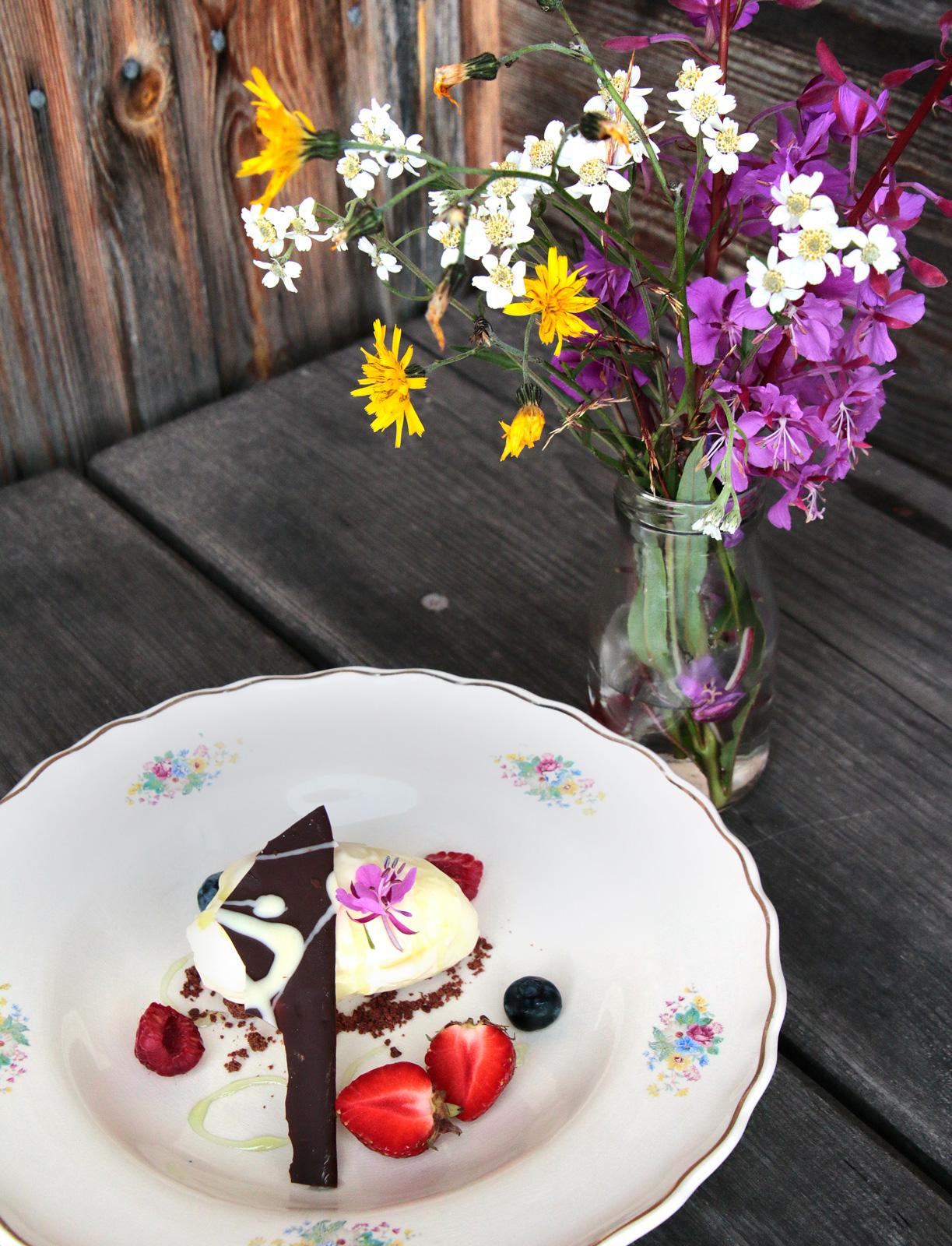 Granskottsglass med choklad och färska bär på Lissäng i Fryksås.