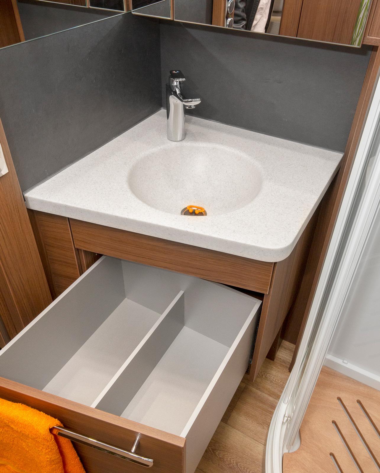 Mitt i husbilen finns ett stort hygienutrymme med alla tänkbara bekvämligheter.