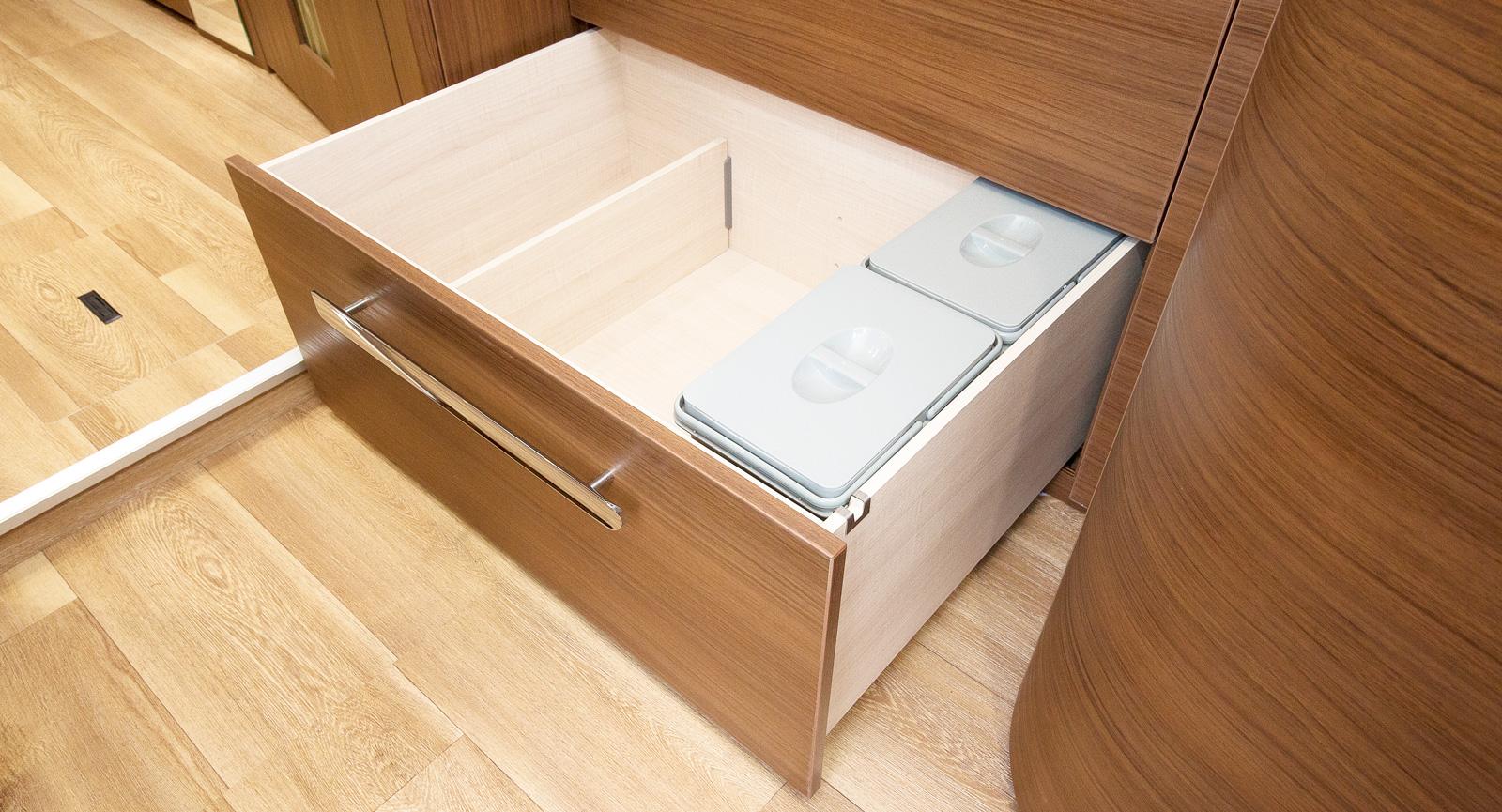 Lådorna har soft-close-mekanism, här finns två sopkorgar.