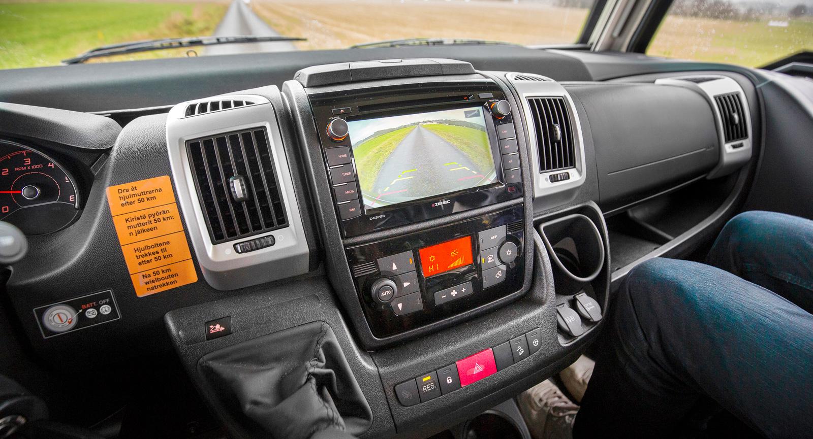 Integrerad backkamera och bra display underlättar livet för de som kör bakåt. I testbilen finns klimatanläggning i hytten.