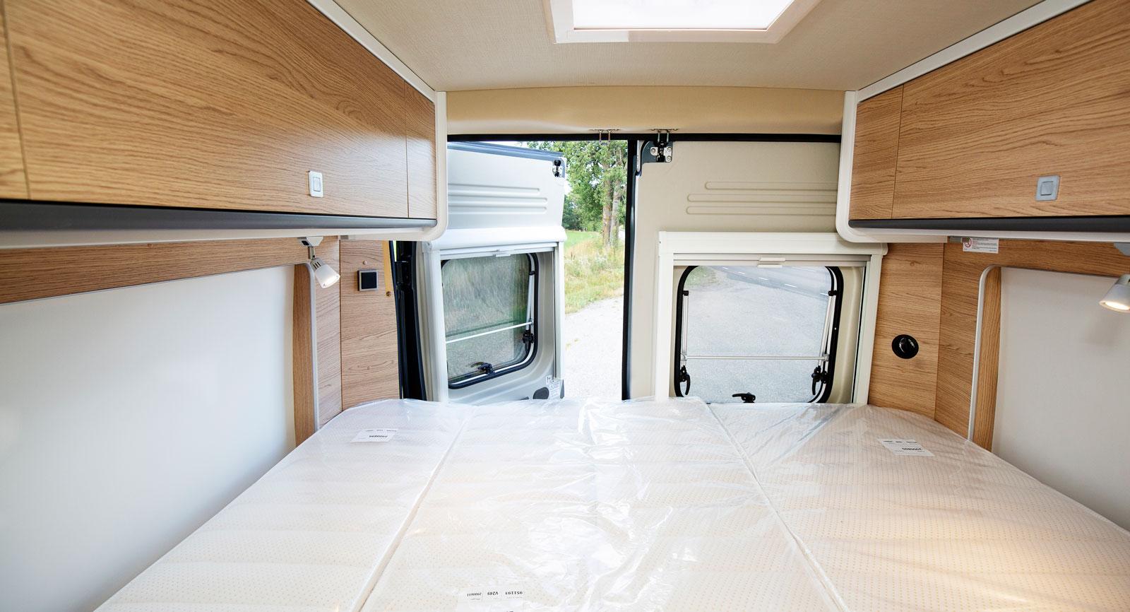Längst bak finns dubbelsängen som är tvärställd. Liggkomforten är okej och det finns även eluttag  och luftutblås som ger värme.