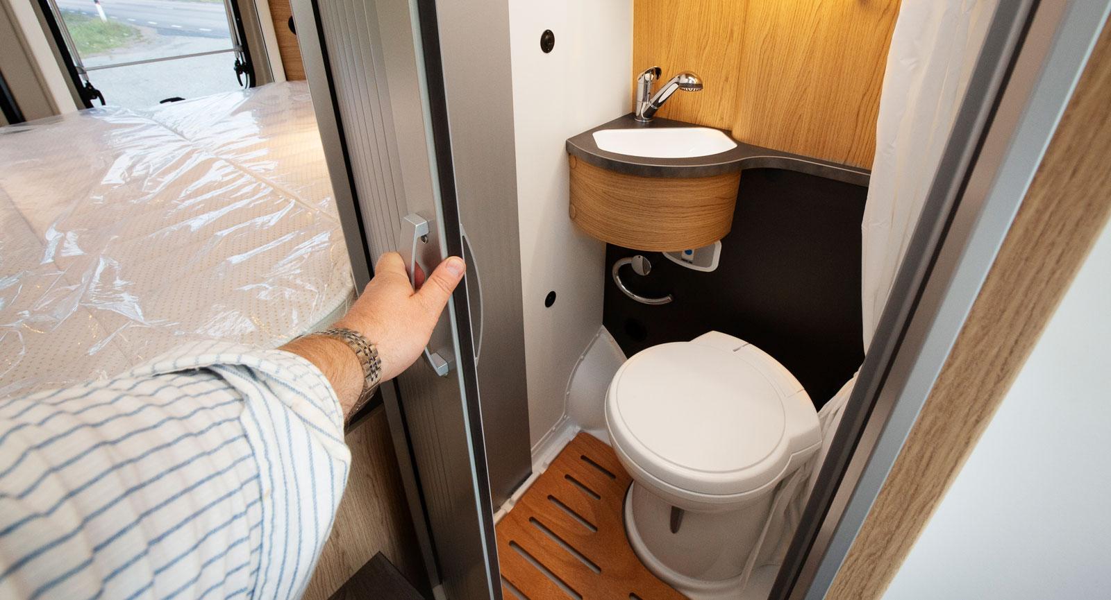 Mitt i bilen finns ett kompakt hygienutrymme.