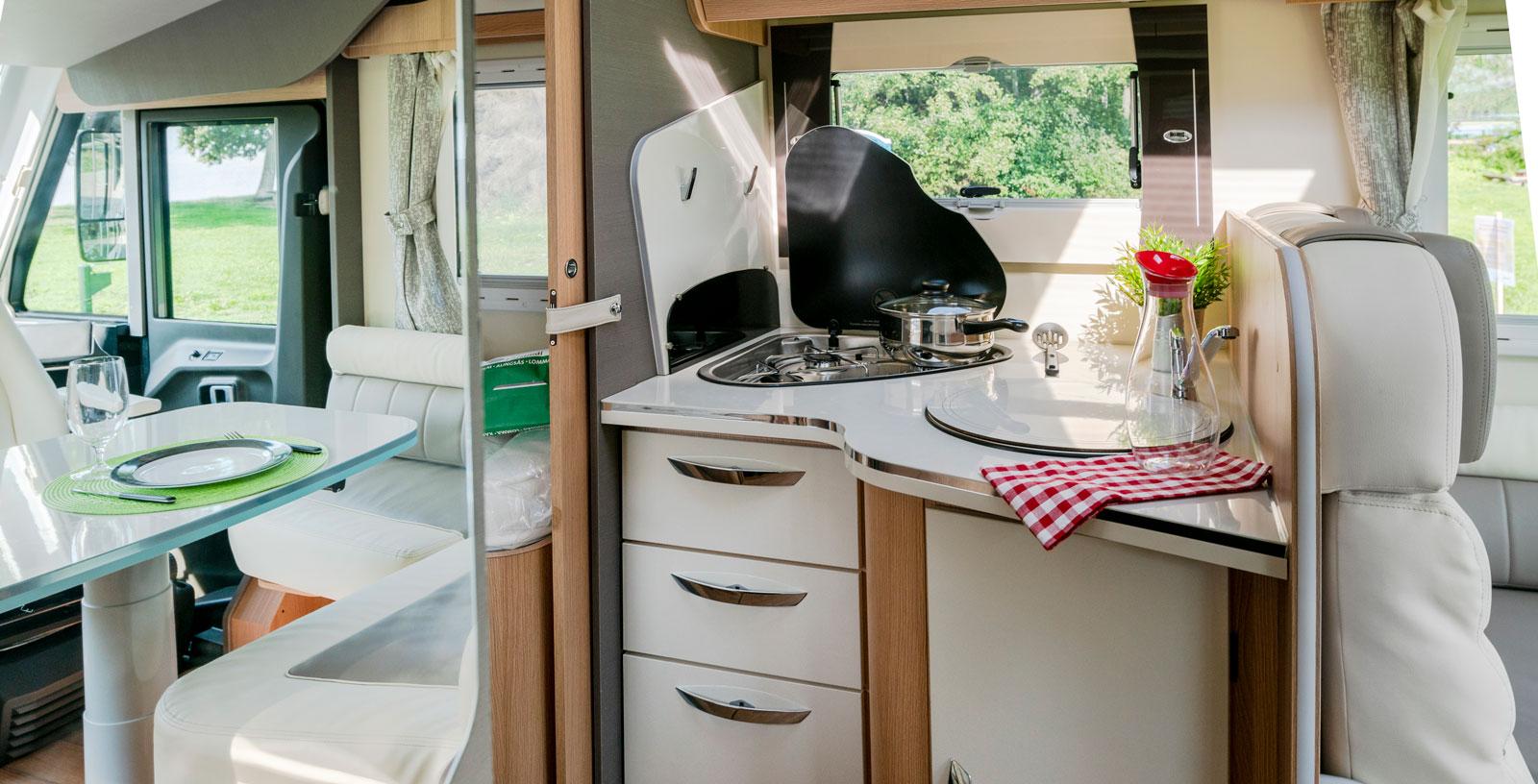 Hörnköket har trelågig spis med glaslock. Diskhon har löstagbart lock. Under hörnet finns gasolutrymmet nåbart utifrån.