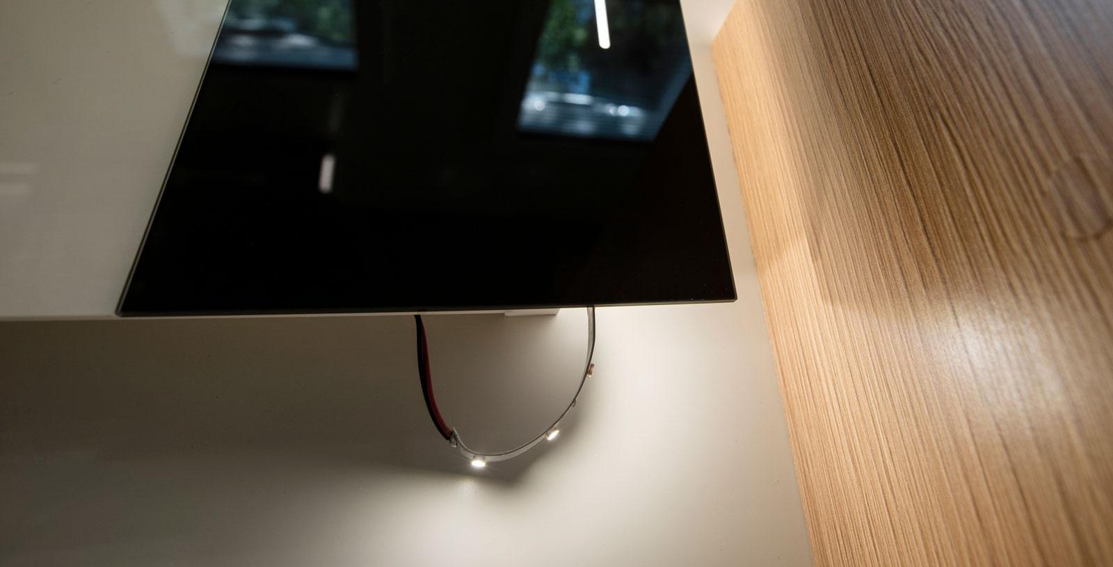 Tyvärr lossnar en del detaljer. Här en LED-skena vid köket.