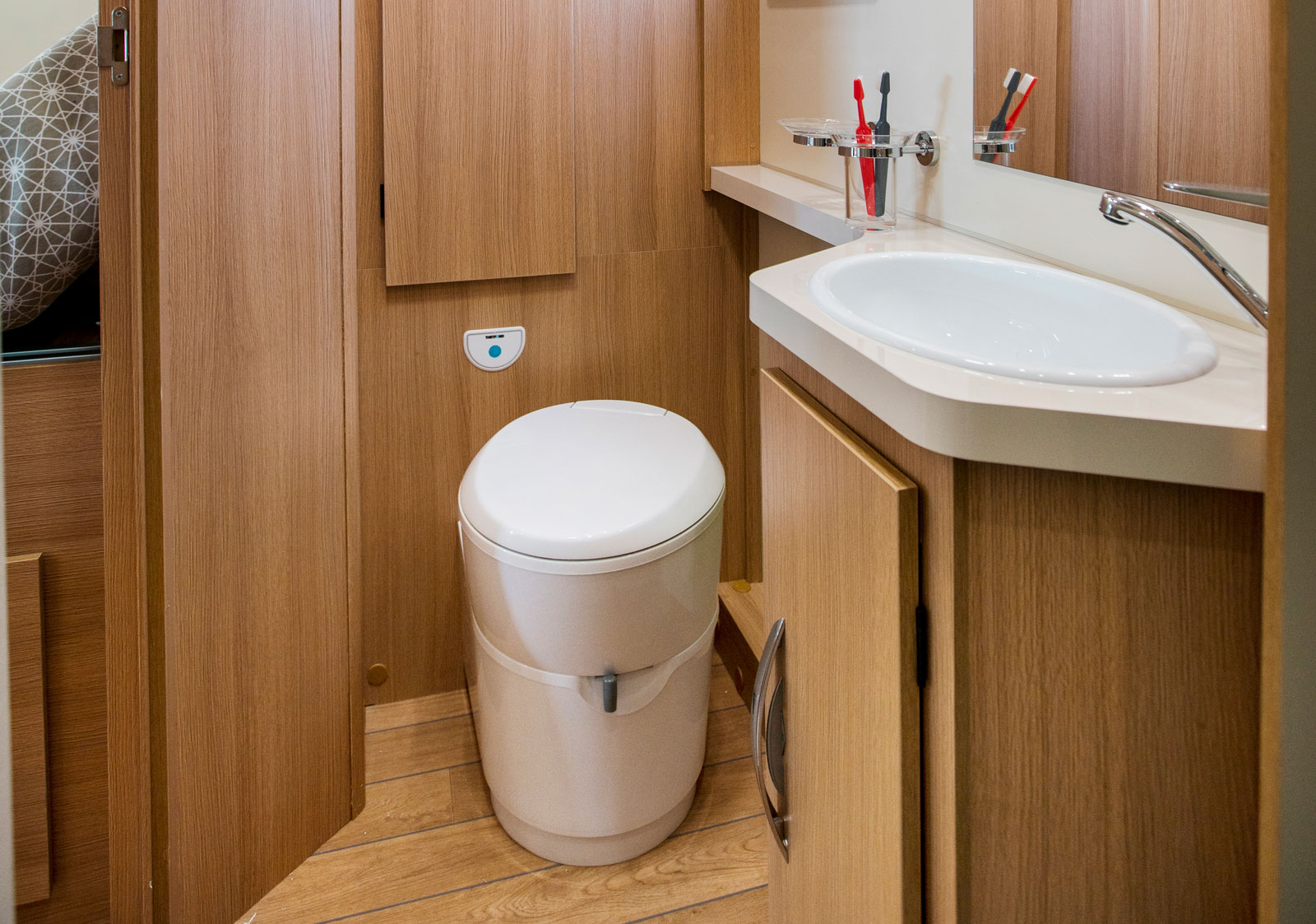 Toalettrummet är en av bilens stora fördelar. Garderoben bakom toan kan även nås från sovrummet. Bra med vädringsfönster.