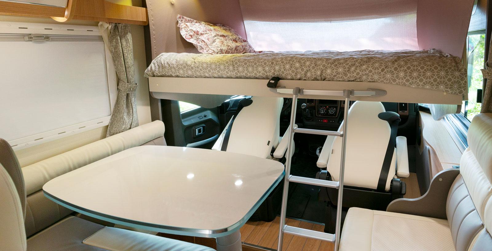 När det blir dags att bädda för gästerna är det bara att fälla framstolarna och dra ner sängen. Sittgruppen kan användas ändå.