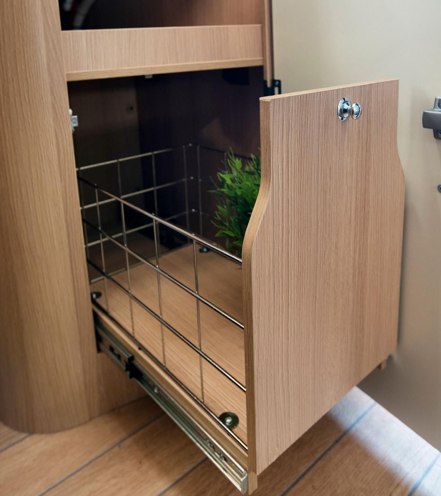 Kökshörnskåpet under diskhon har fått en utdragbar trådhylla till förvaring. Bra eftersom det är ett djupt skåp.