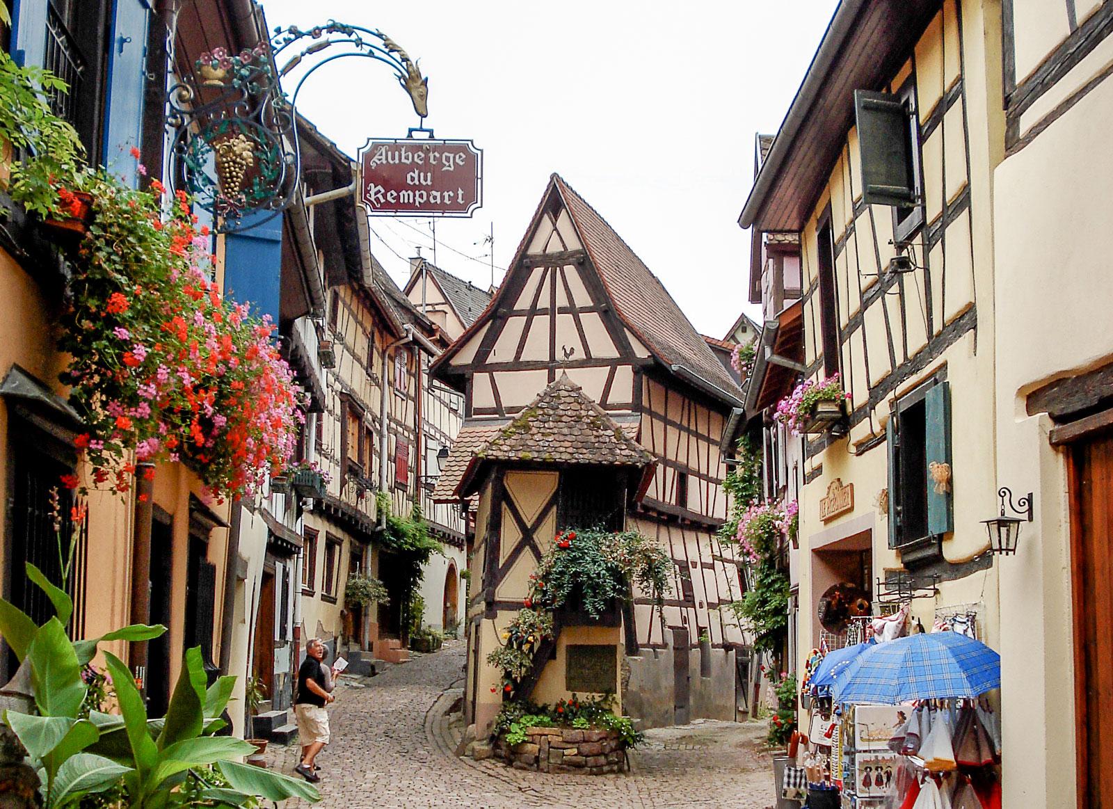 Eguisheim, en av alla pittoreska byar i Alsace med korsvirkeshus i udda färger och former.
