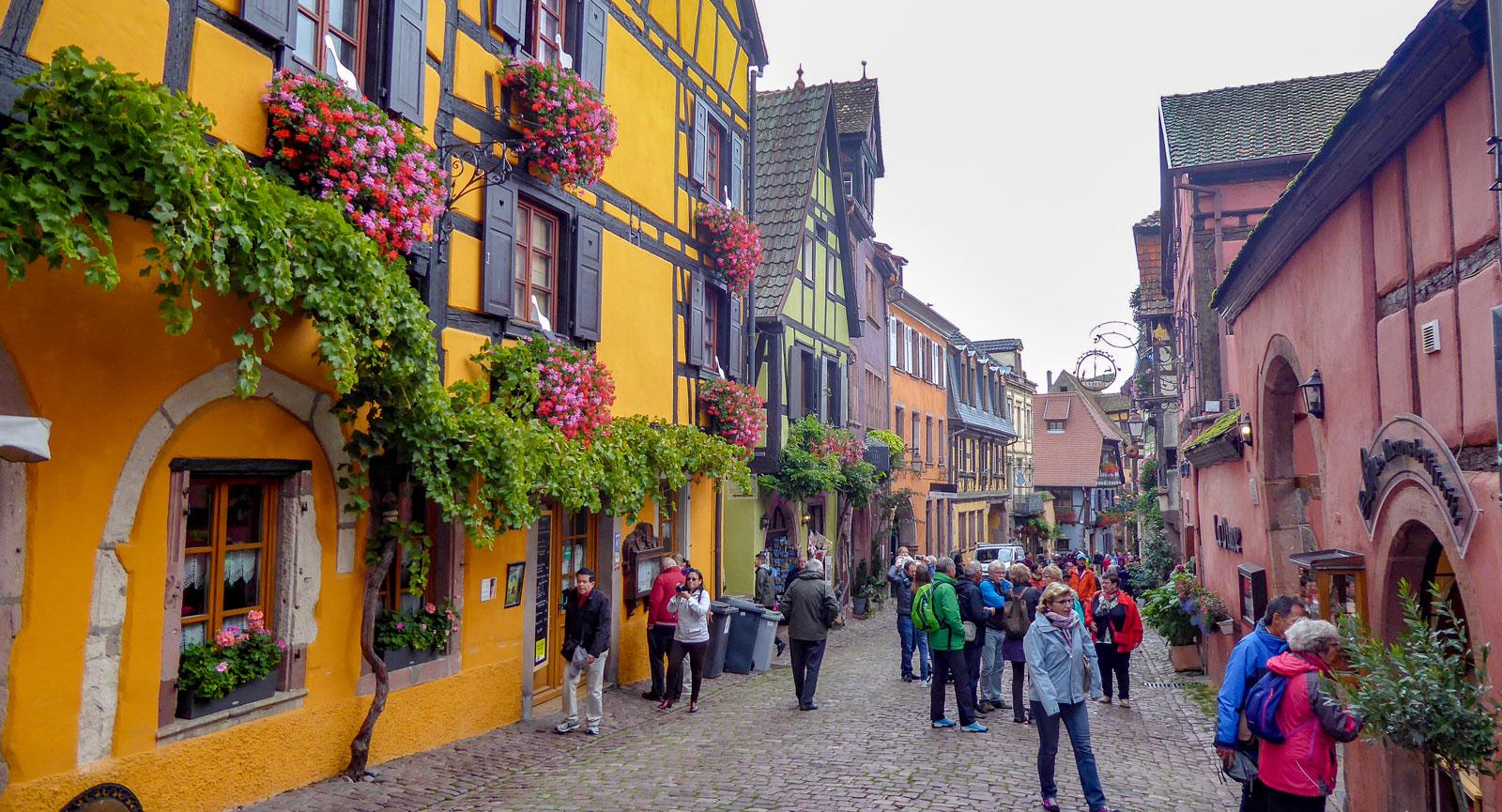 Huvudgatan i Riquewihr, den lilla byn som ibland kallas ett utomhusmuseum.
