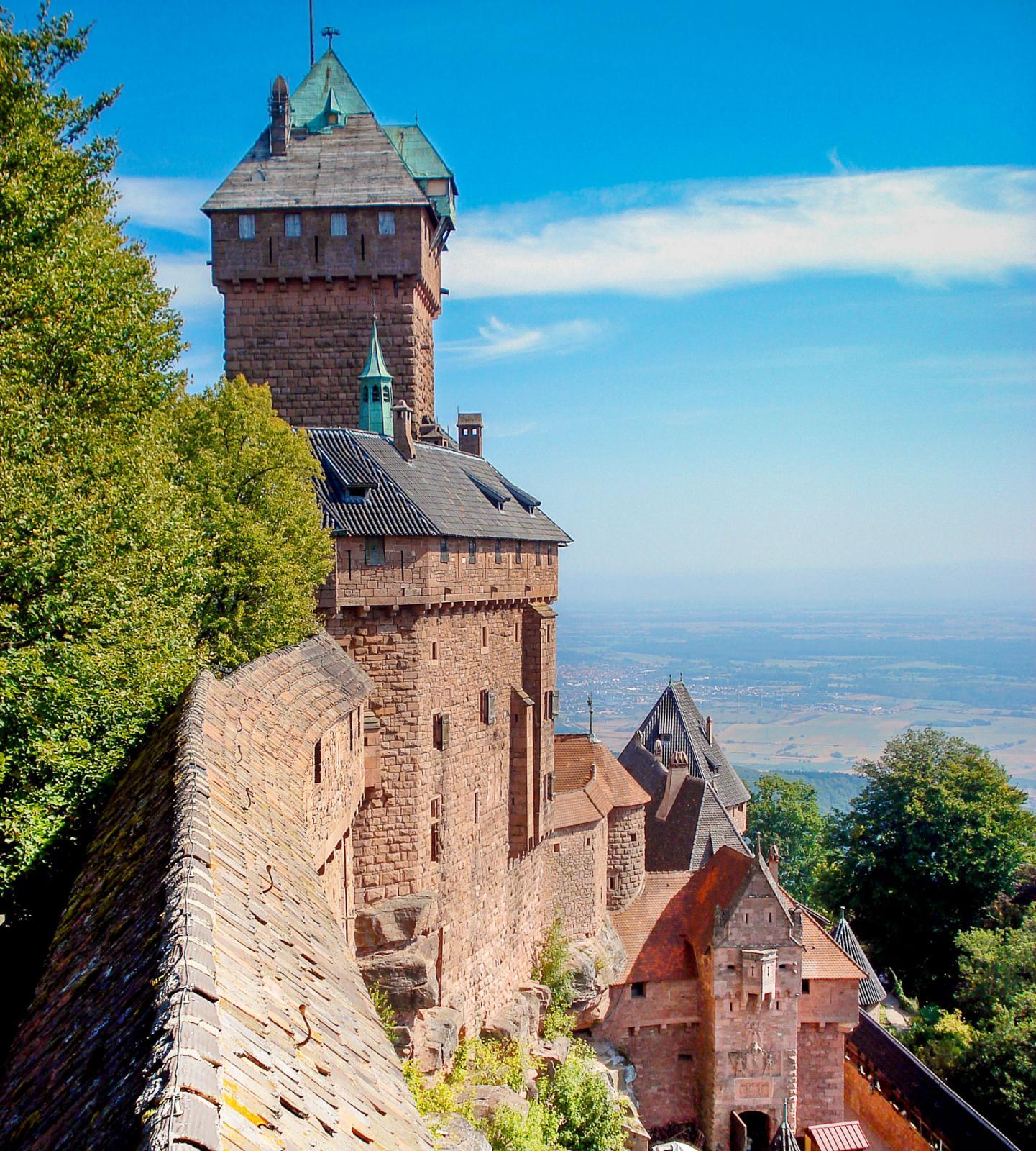 Borgen Haut-Koenigsbourg, en gång plundrad och raserad av svenskar, i dag en stor turistattraktion i Alsace.