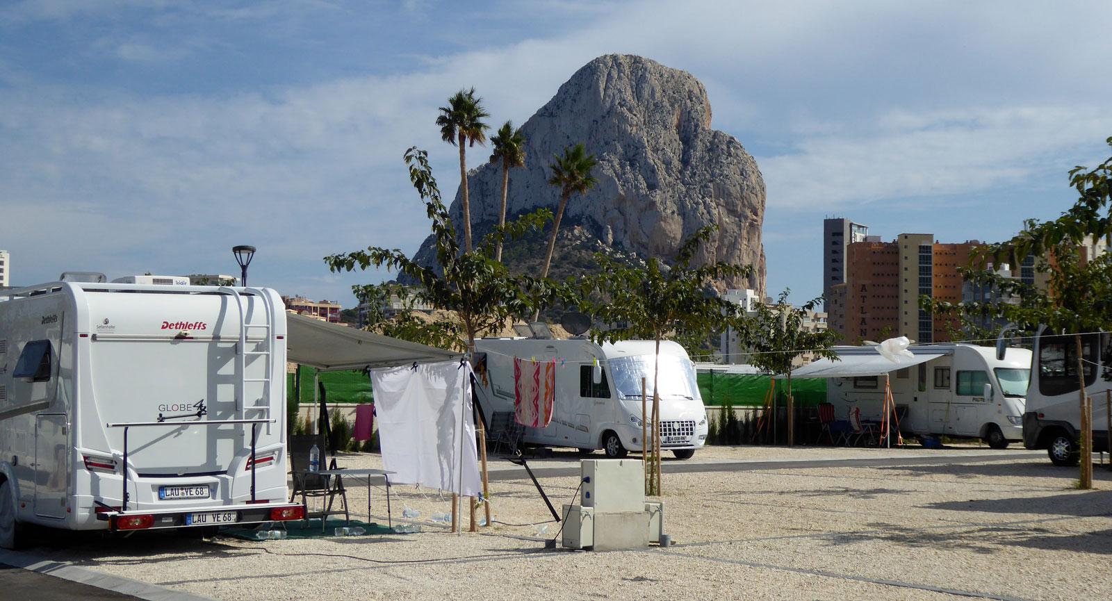 Bergstoppen dominerar stadsbilden i Calpe, som här från ställplatsen Sol de Calpe Austral där vi bor.