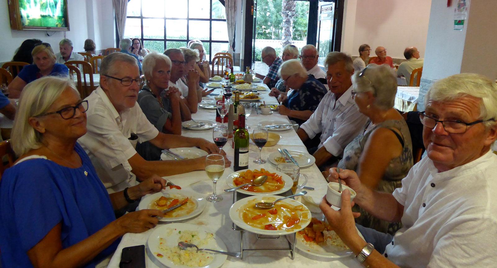 Svenskarna från ställplatsen samlade på restaurang i Calpe. Närmast kameran är Ingrid Johansson och Kurt Lindgren från Göteborg.