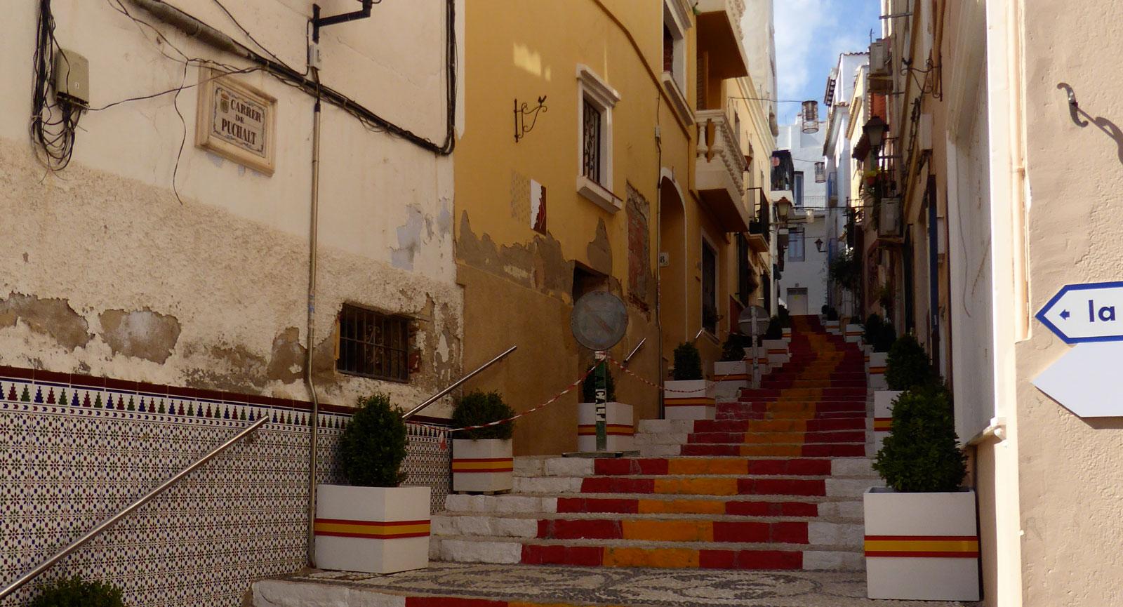 I gamla stan i Calpe är trapporna målade i spanska färger.