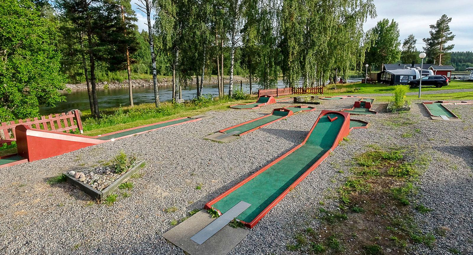 Minigolf är en campingklasssiker som även finns på Sikfors. Se till att banorna är rena innan ni börjar bara!