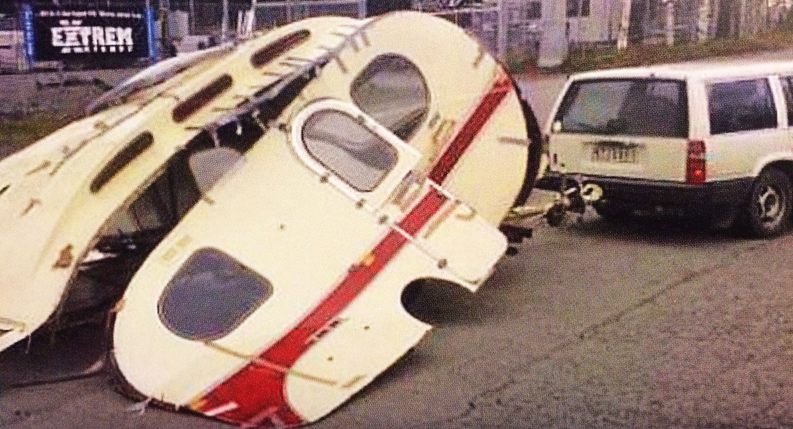 När Leif Nilsson skulle dra sin nyinköpta husvagn till en  verkstad rasade den ihop under färden.