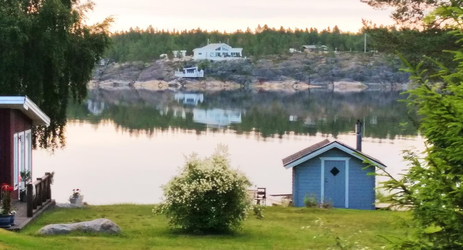 Utsikt från promenad längs viken där campingen är belägen.