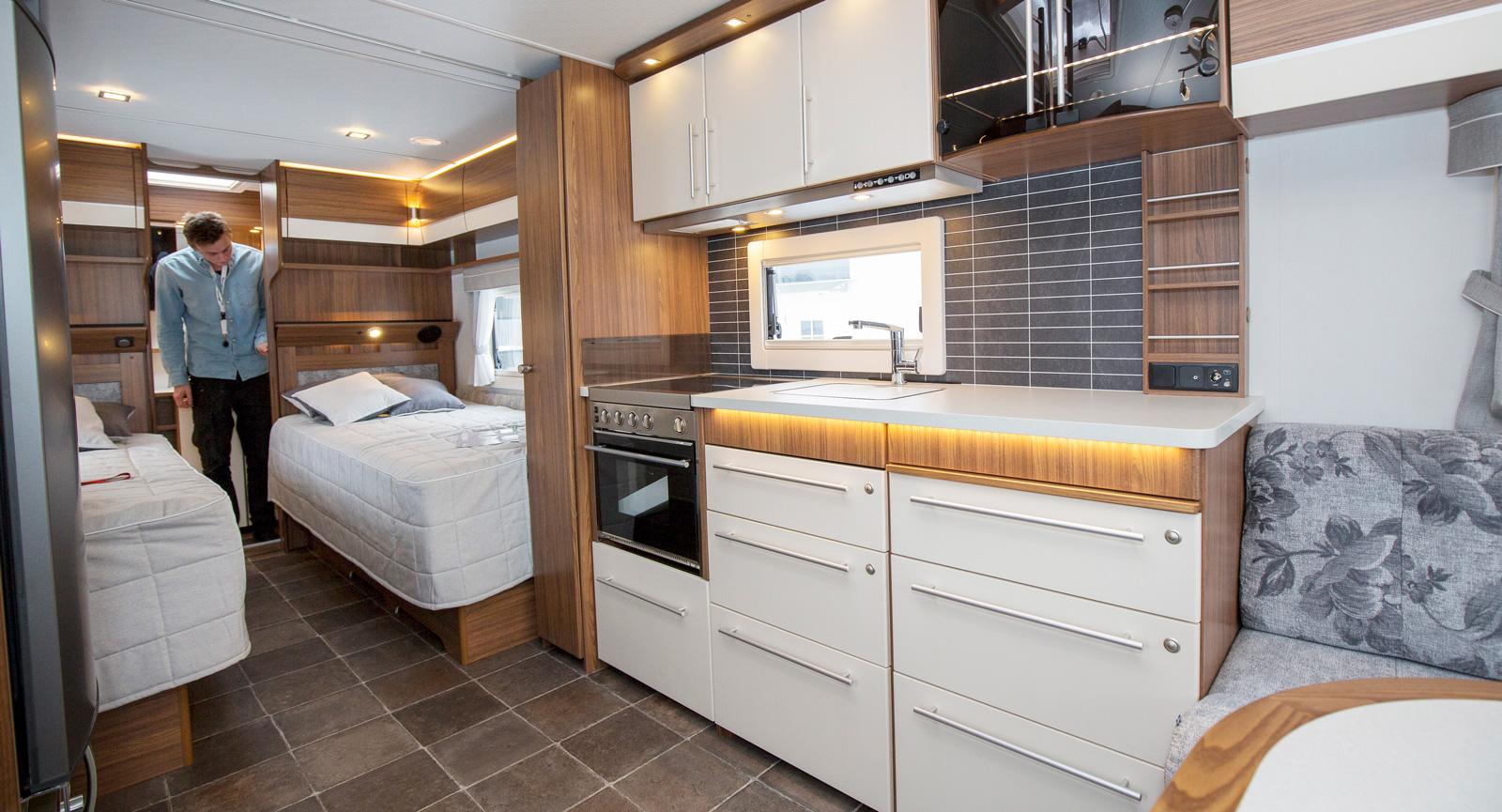 Köksbänken rymmer plats för tv och har antenn- samt uttag för 230 V.
