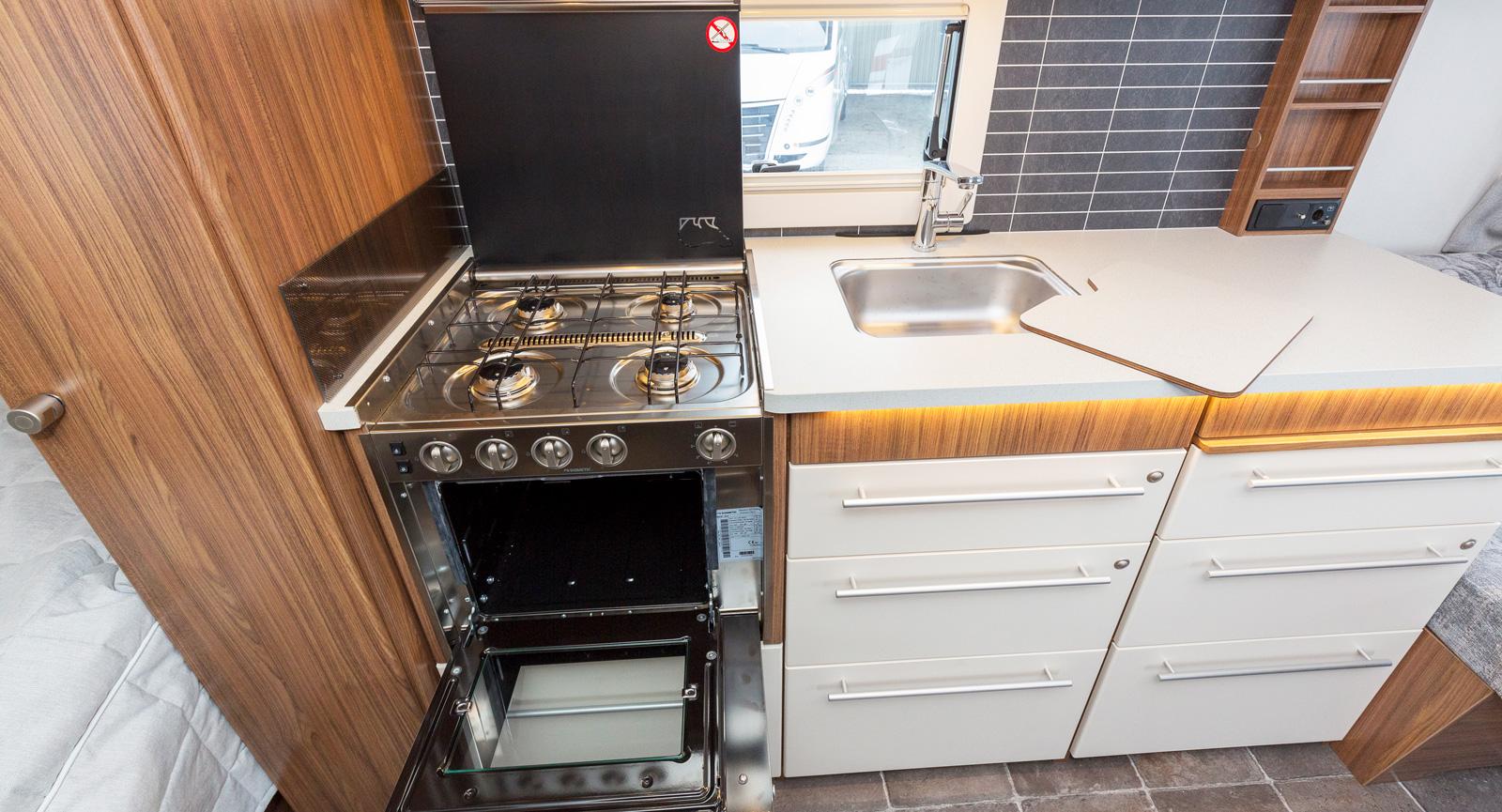 Kunden kan välja mellan olika väggtapeter i köket. Gasolugnen är standard i Polar Selected.