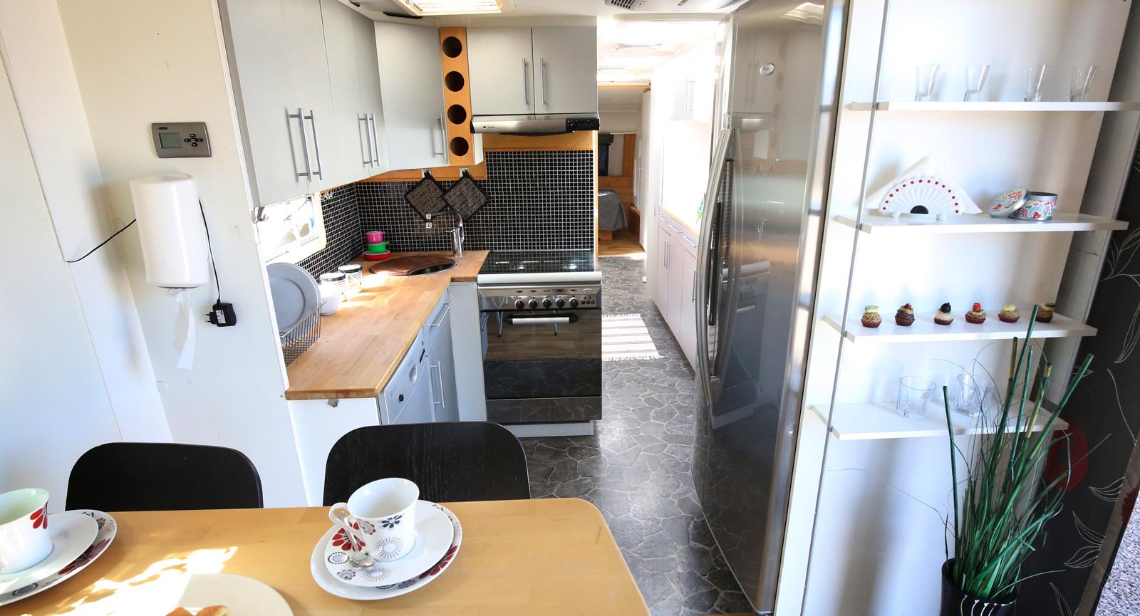 Inredningen andas  Ikea och köket rymmer allt man behöver.