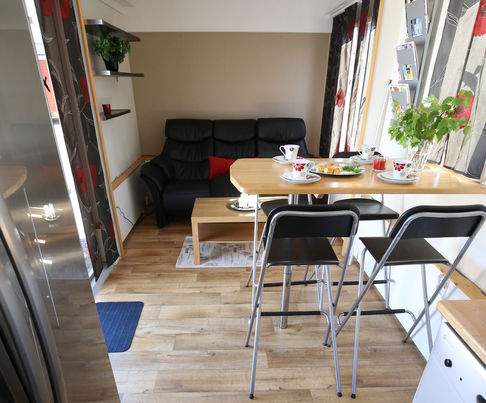 Loungekänsla med soffa och barmöbler.