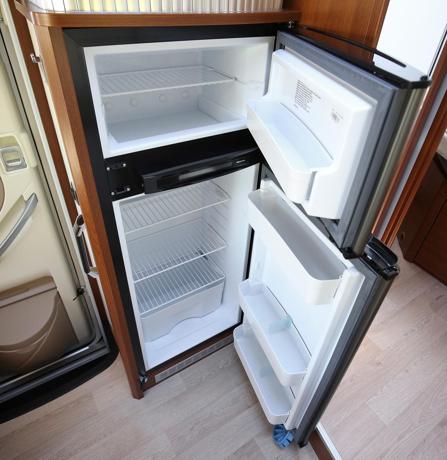 Kylskåpet är ganska lågt placerat.