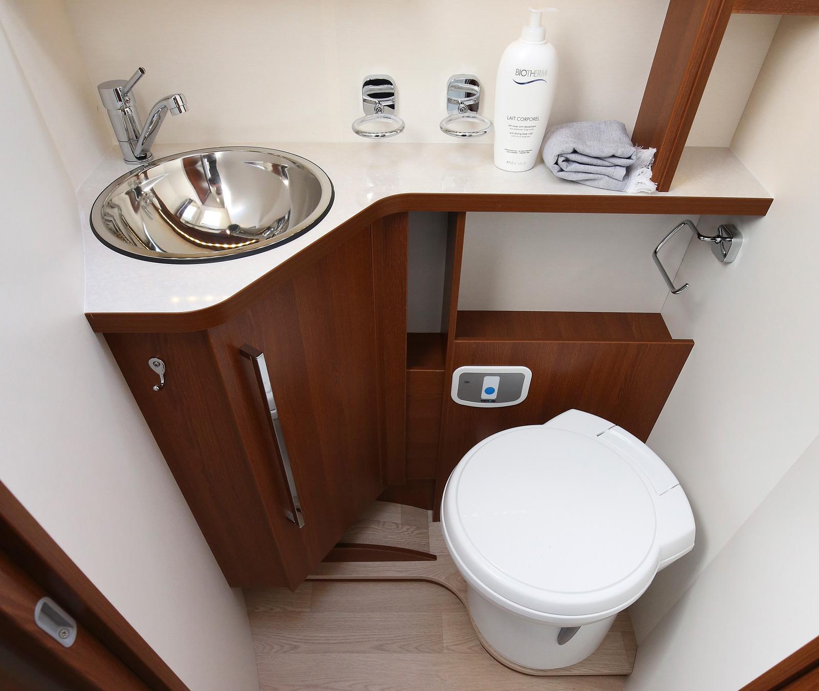 Badrummet och dess inredning ger ett elegant intryck.