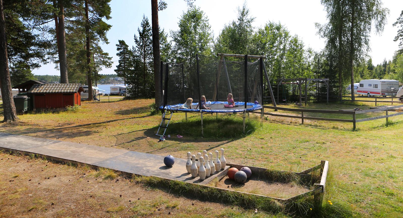 Utebowling, studsmatta, sandlåda och gungställning finns för barnen.
