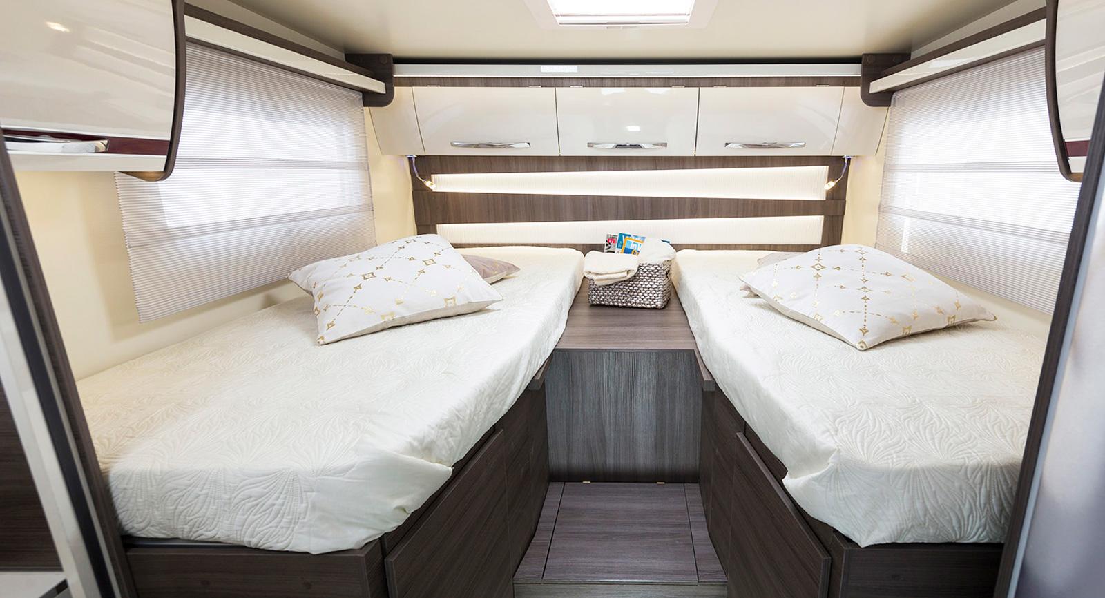 Längst bak finns sängarna med stort garage under.