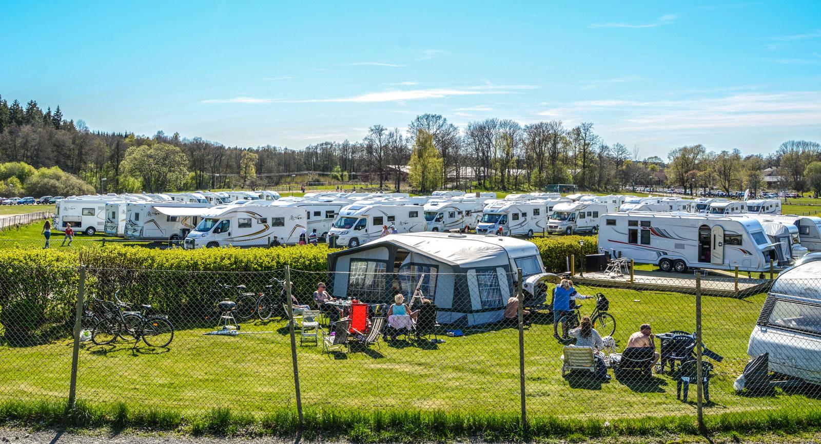 En perfekt dag för camping. Notera gyttret av McLouis-bilar på gräsfältet bakom campingen.