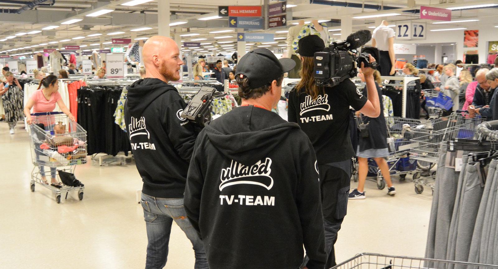 TV-teamet bakom Kanal 5:s tv-serie Ullared är på plats.