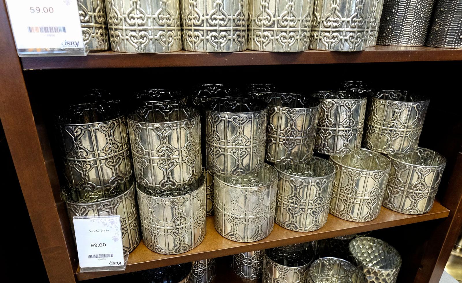 Lyktor, vaser och krukor. Här finns allt i olika färg och form.