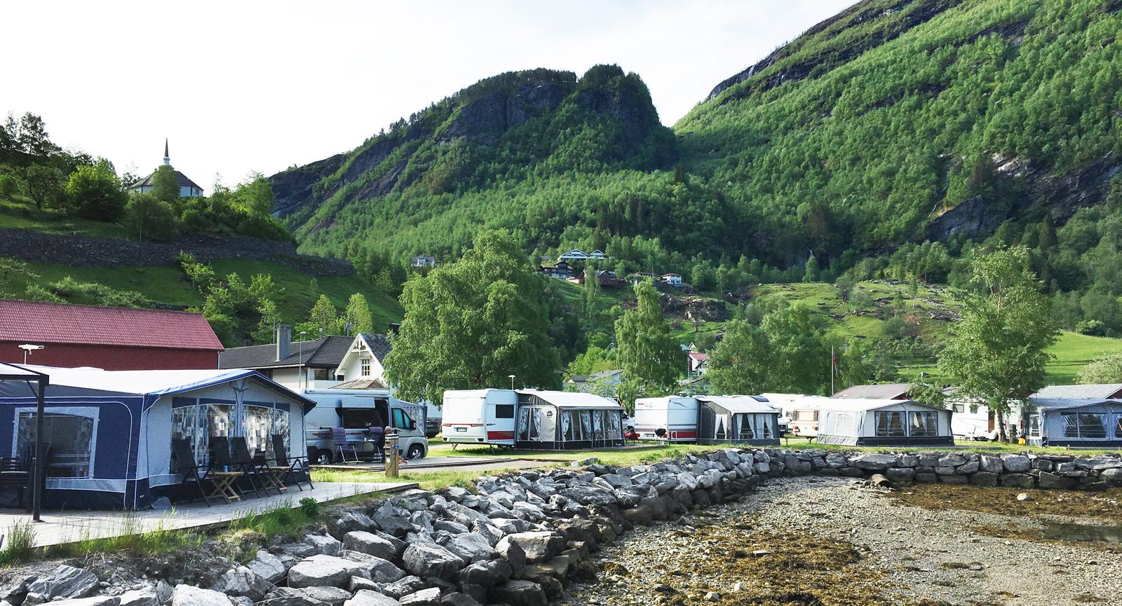 Campingen vid stranden i Geiranger är såklart superpopulär och otaliga är de bilder som använts i reklam och tryck för fritidsfordon. Här väljs dock en lite annorlunda vinkel med utsikt åt motsatt håll.