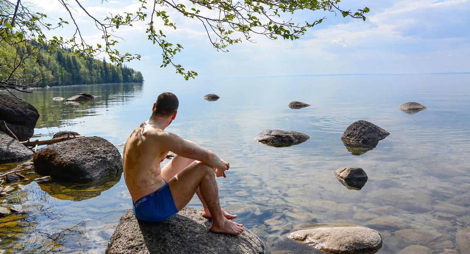 Vindstilla och lagom svalt i skuggan. Johan Steen njuter av livet ute på tur.