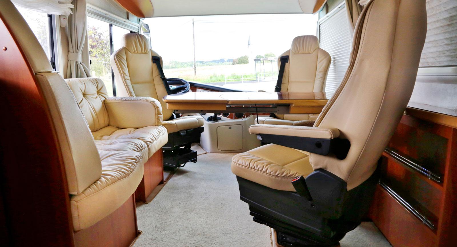 Sittgruppen med så kallat barbord är trivsam och passagerarna sitter skönt. Perfekt även som arbetsplats eller kontor!