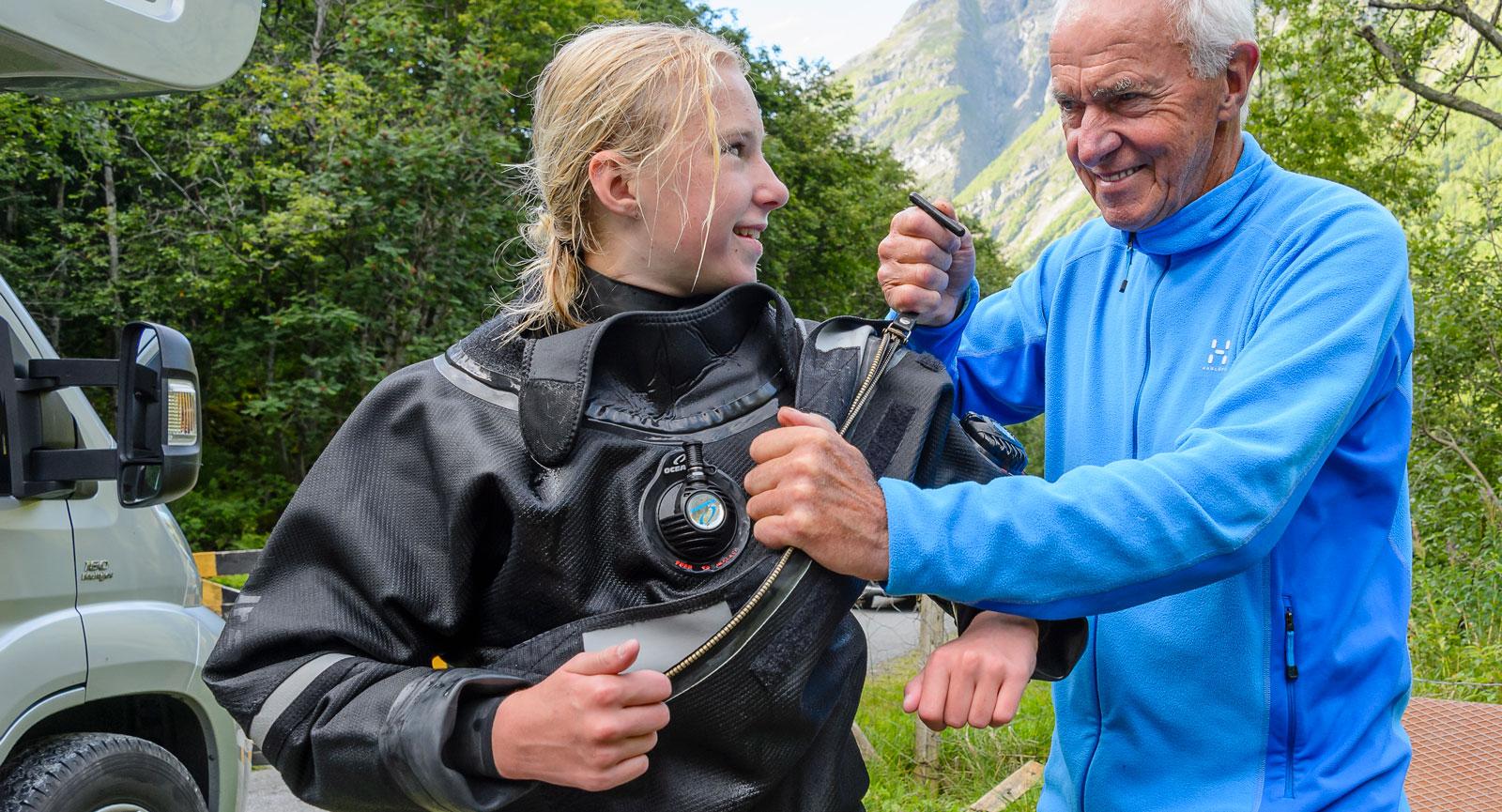 Pappa Egon dyker inte själv, men får agera dykassistent åt hustrun Annette och dottern Thilda när de är ute på dykäventyr.