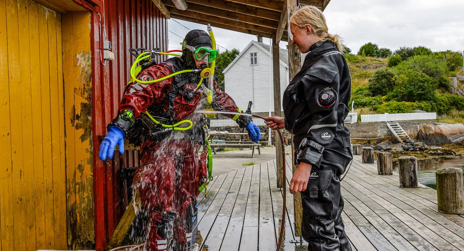 Det är viktigt att skölja utrustningen ordentligt efter ett dyk i saltvatten. Här hjälper Thilda mamma Annette med avsaltningen!