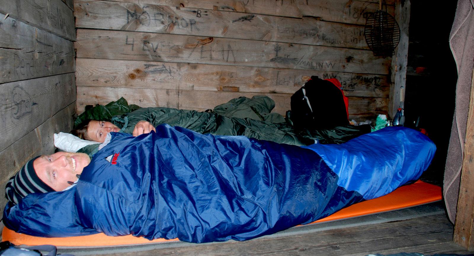 Sovdags i vindskyddet. En varm sovsäck, underställ och mössa håller kroppsvärmen på en behaglig nivå i alla väder.